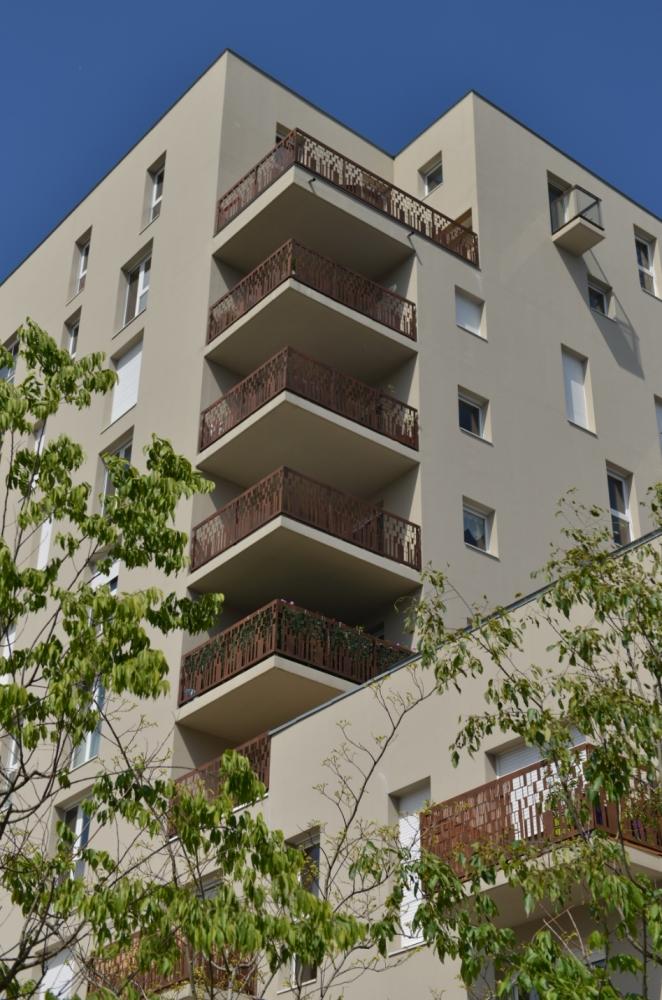 Gardecorps de balcon avec remplissage en tôle découpé au