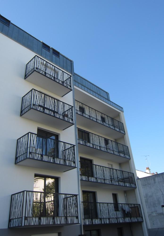 Garde-corps sur balcon avec motif découpé au laser