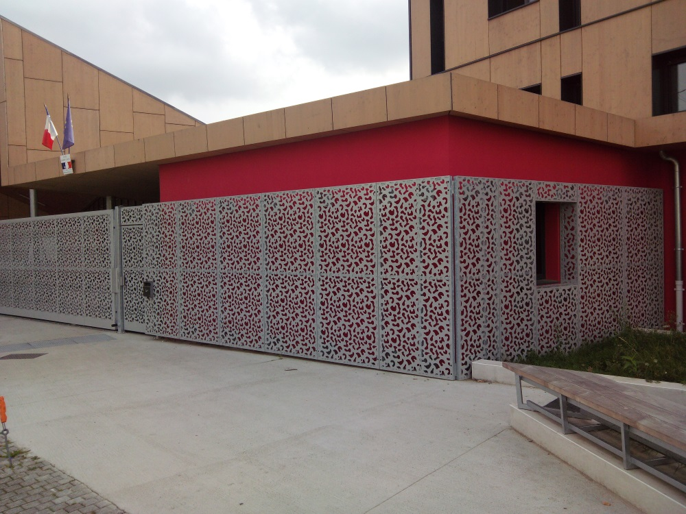 Habillage de portail et façade en tôle aluminium laser